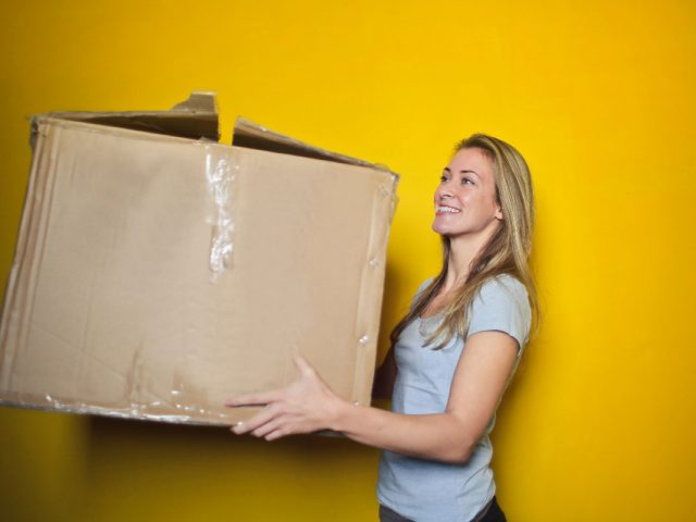 https://zuggand.com/wp-content/uploads/2020/01/woman-in-grey-shirt-holding-brown-cardboard-box-761999-1-640x480.jpg